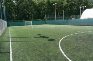 Campo calcio scoperto in erba sintetica